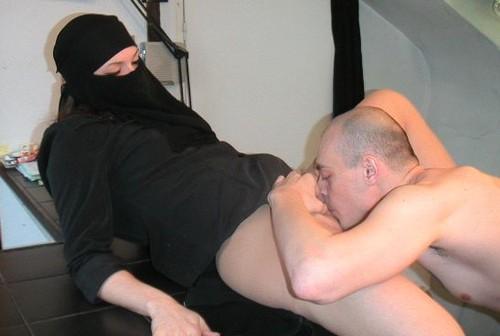 منقبة عذراء يفتحها بكارتها