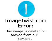 Julieta Prandi desfilando en shorts y corpiño