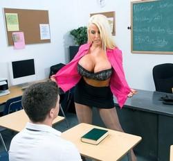 بينيك المدرسه بتاعته المدرسه ويديها